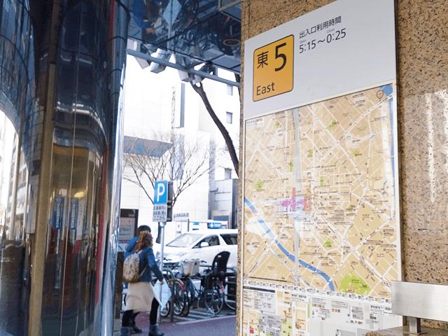 地下鉄博多駅の筑紫口改札口を出て、後ろ側にある東5出口から外に出ます。