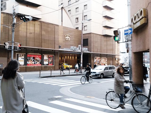 建物を出たら左手側に進み、最初の交差点を右に曲がります。