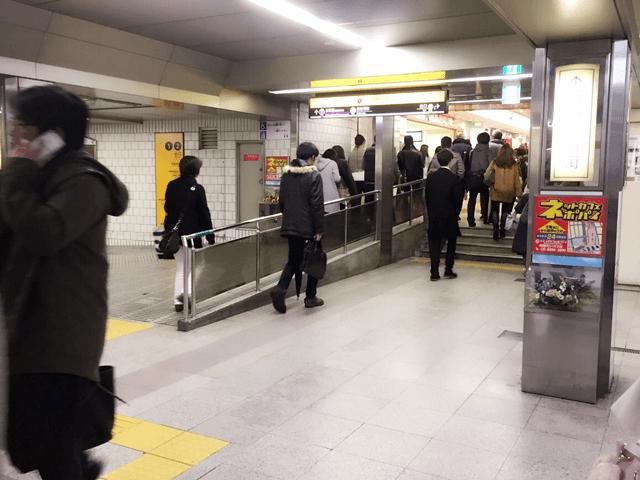 御堂筋線梅田駅北口改札を出て右に曲がります。