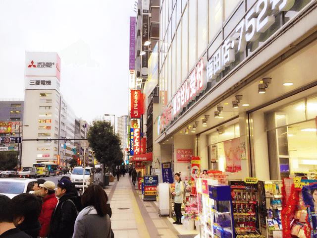 右に曲がり新阪急ホテルの方向に進みます。
