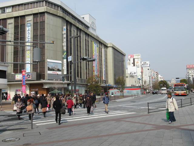 北口を出て斜め左方向に見える「三井住友銀行」へ信号を渡り、姫路城方向に進みます。