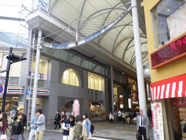本通商店街に入ります。 ✱ point ✱ 入り口付近にセブンイレブンがあります!