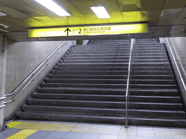 千代田線の改札を出て、出口2に進み、階段を上ります。