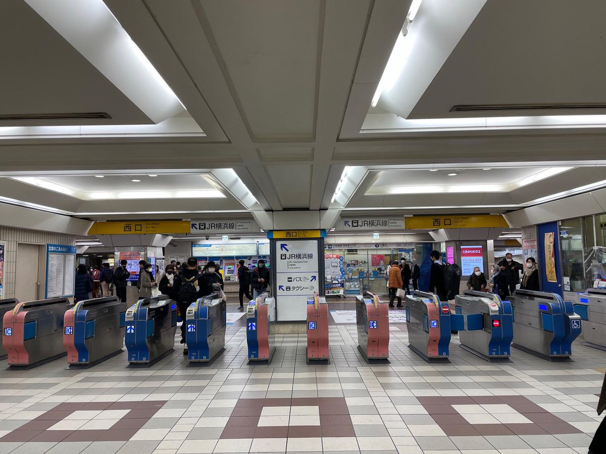 小田急線西口改札を出て、左に進みます。