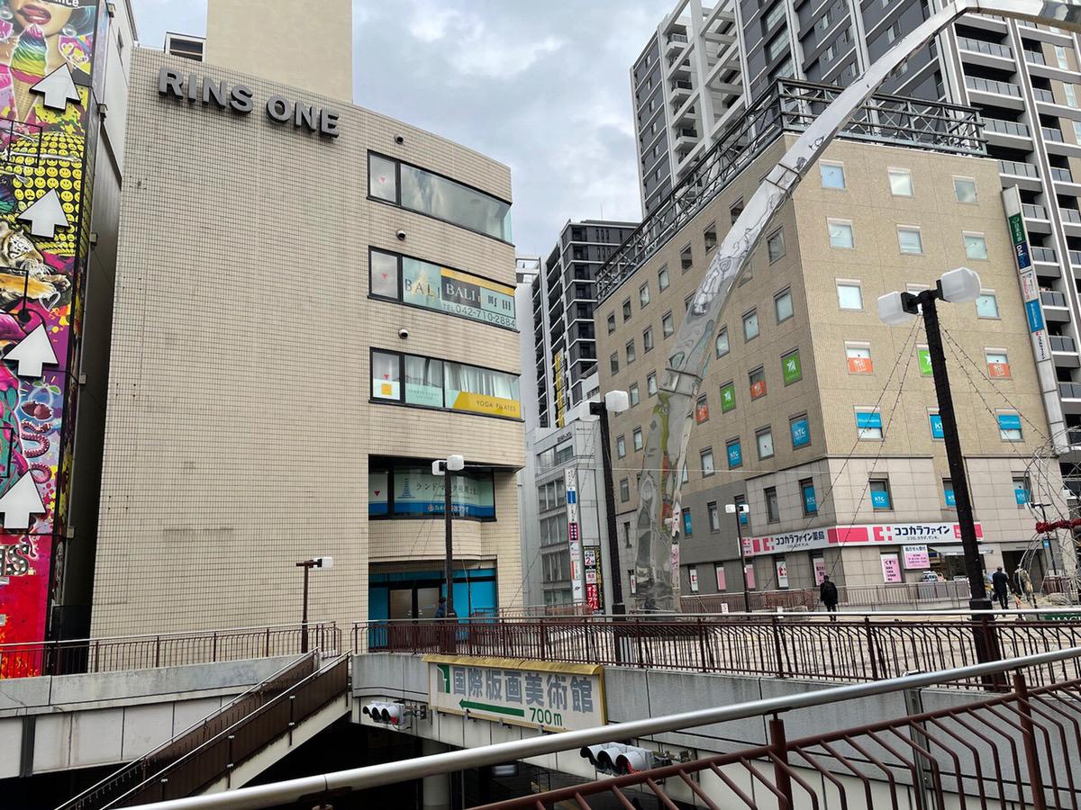 直進し、広場に出たら左に曲がり、突き当たりにあるリンズワンビルの2階がキレイモです。