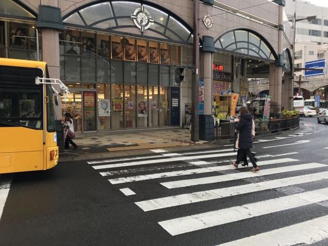 鹿児島駅行きの市電をいづろ通電停で降り横断歩道を渡ります。降りた側の横断歩道を渡り左折します。