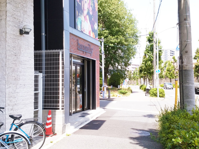 2区画進み、フォトスタジオ『happily』を左に曲がります。