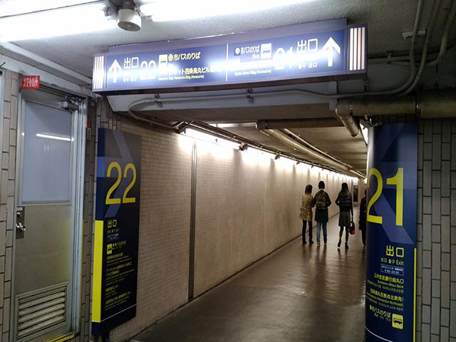 右方向にある22番出口(LAQUE四条烏丸内)より地上に出ます。