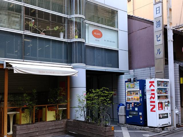 直進すると右に日鴻ビルが見えてきます。その3階がKIREIMOです。