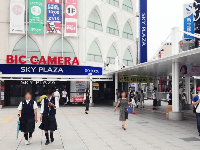 JR常磐線東口を出てビックカメラの方へ進み、ビックカメラ右脇にあるエスカレーターを降ります。