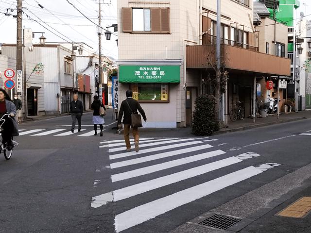 東武東上線川越市駅改札を出て郵便ポストのある角を右に曲がり、茂木薬局を見て左手側の道を直進します。