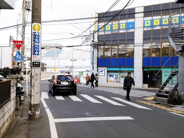 明光義塾のある交差点を渡り、本川越駅ロータリーを進み、本川越駅構内を通って東口側に出ます。