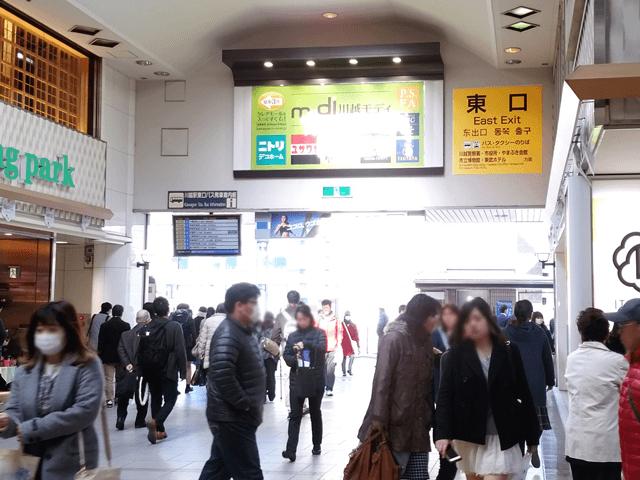 JR川越駅・東武東上線川越駅の東口を出て、歩道橋をアトレに沿って進みます。