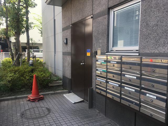 再度突きあたりまで直進するとビル入口の茶色いドアがあります。