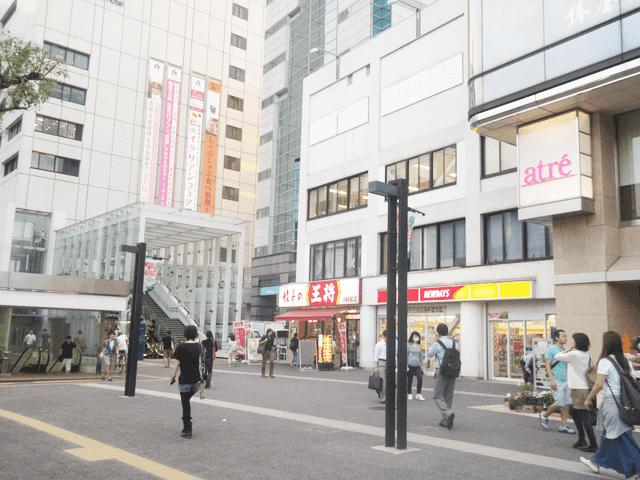 川崎地下街横の餃子の王将を通過し、右に曲がります。