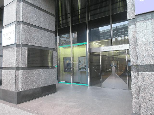 隣のラウンドクロス川崎ビル4FがKIREIMOです。