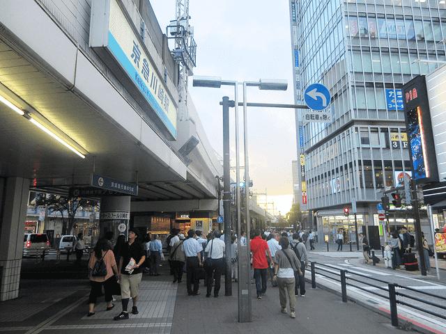 京急川崎駅中央口を出て高架下とファミリーマートの間を進みます。