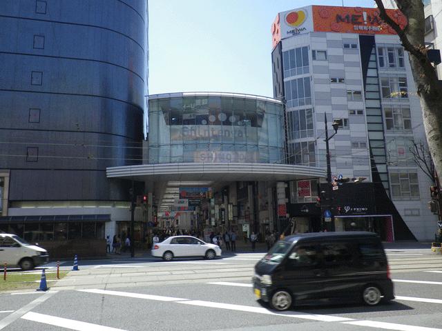 下通商店街パルコ前の交差点を渡り、下通商店街パルコ横に入っていきます。