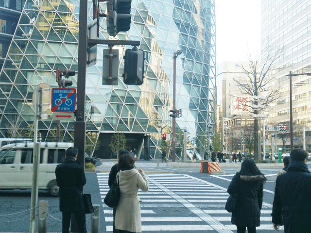ナナちゃん人形後方の交差点をモード学園方向へ渡ります。