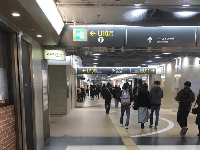 U10出口左側階段を上ります。
