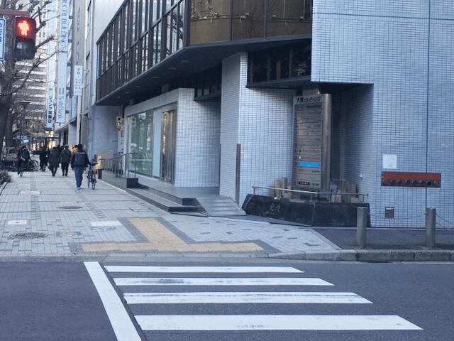 U10出口から地上に出て目の前の横断歩道を渡ってすぐ右手の大橋ビルジング3階がKIREIMOです。
