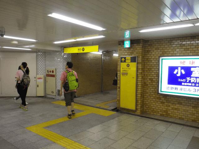 御堂筋線なんば駅北西改札を出て、21番出口に向かいます。