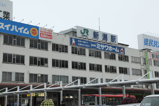 新潟駅の万代口を出ます。