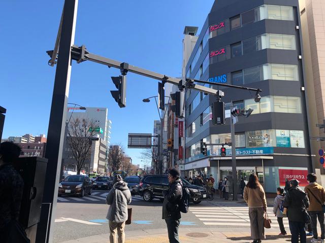 高島屋の交差点を右に曲がり、そのまま直進します。