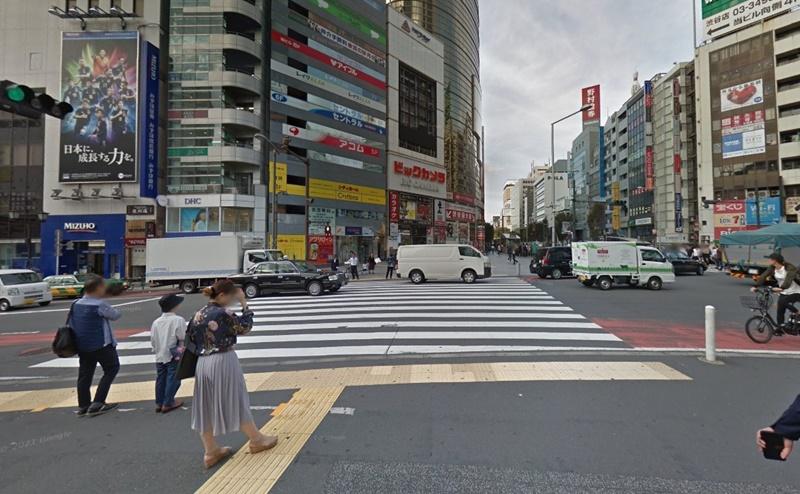 宮益坂口を出て左に沿って歩き、宮益坂下交差点の横断歩道をビッグカメラ側へ渡ります。
