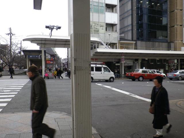 出口①Aを出て前の横断歩道を渡り、右に曲がります。すぐ左手側のユー・イッ・トゥ・池善ビル8階です。