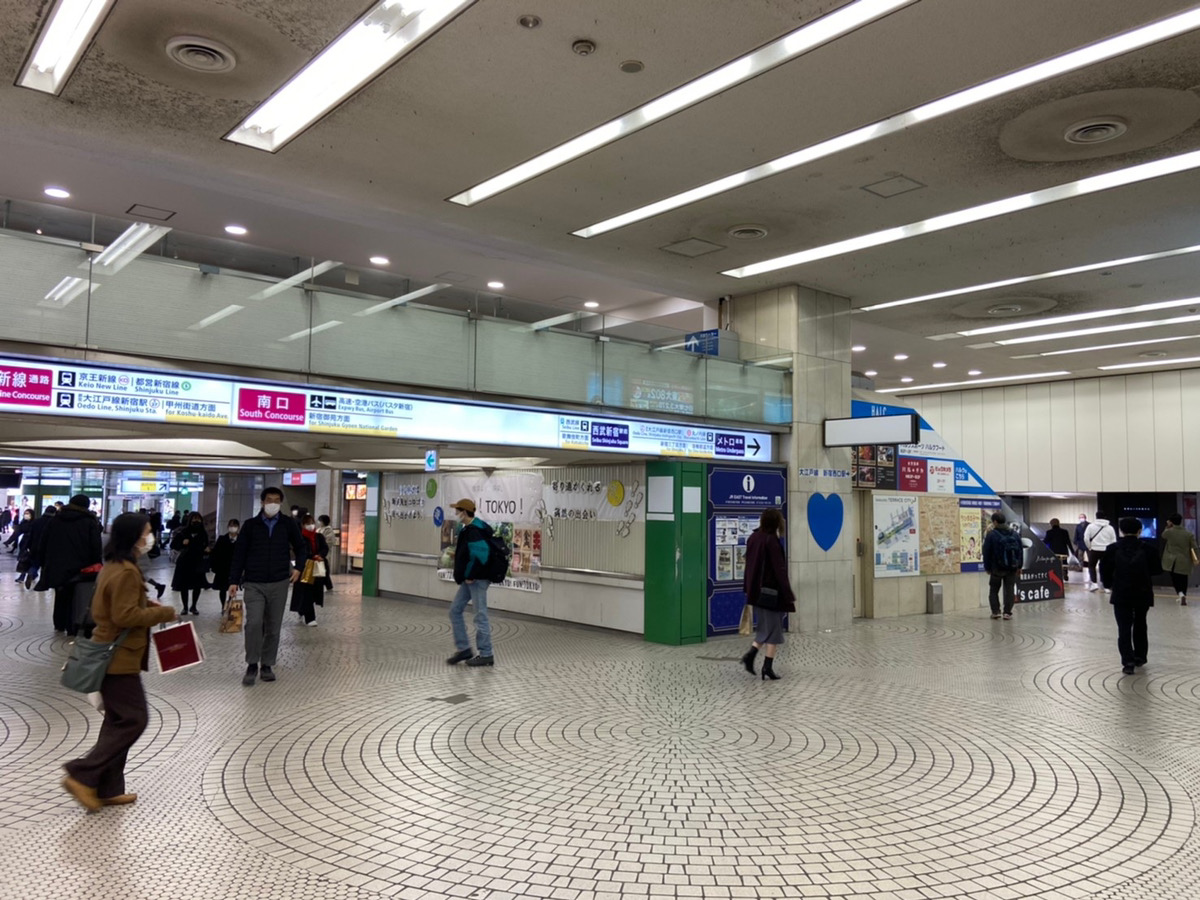 JR新宿駅「西改札」を出て、右方向に進みます。