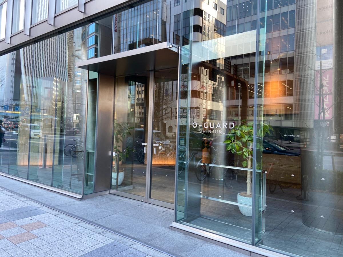 その交差点を渡ると、1階にウエルシア薬局が入っている「O-GUARD SHINJUKUビル」がございます。そのビルの9階がキレイモです。