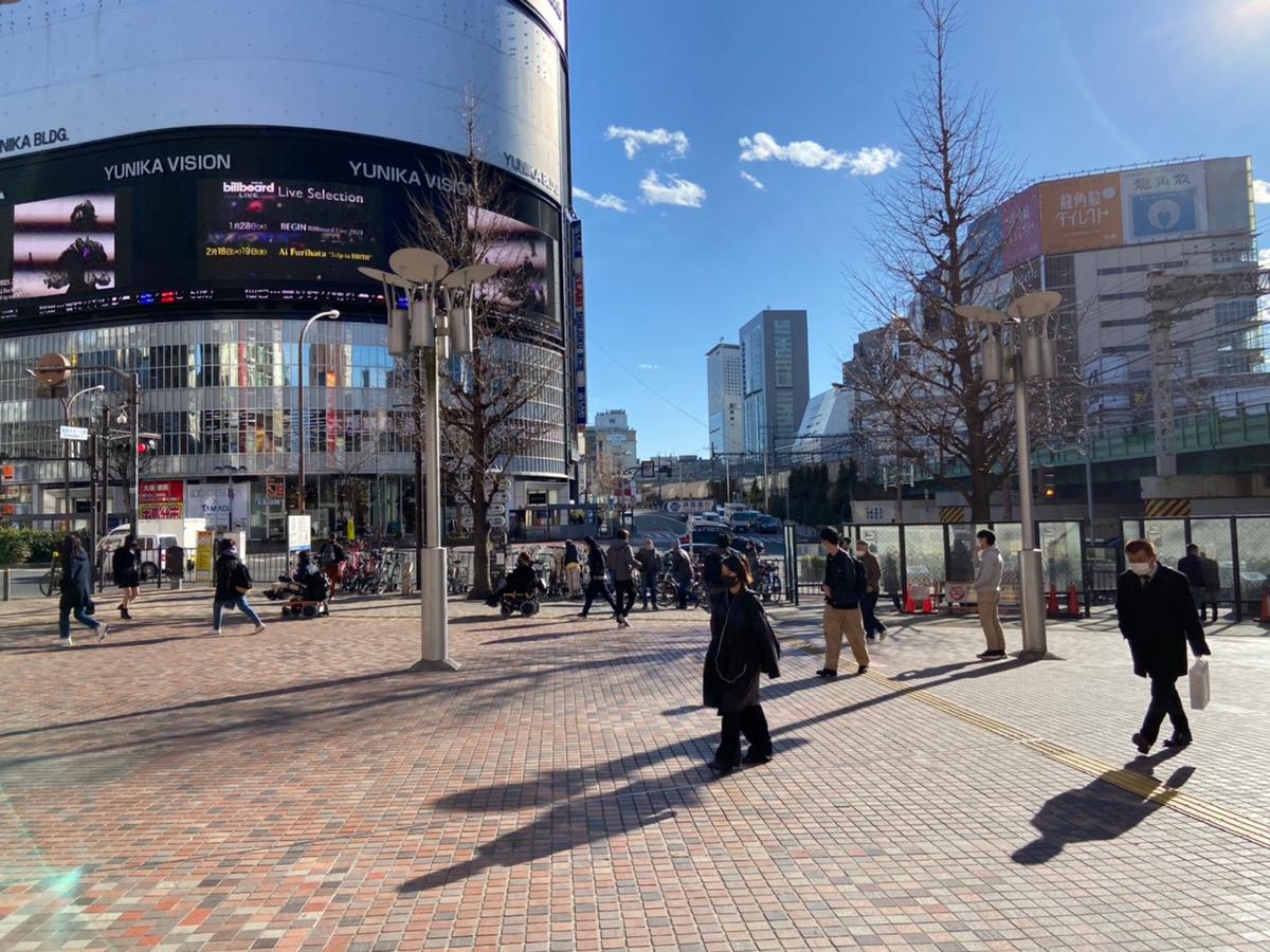 西武新宿線 西武新宿駅「正面口」を出たら、駅を背にして右に進みます。