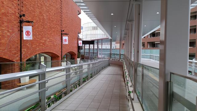 高島屋を通り過ぎ、端の「アニメイト」が入っている旭町ビル手前の階段を下ります。