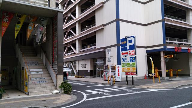 そのまま旭町ビルを右手に直進し、「平和パーク旭町」(駐車場)の案内看板を左に曲がり、駐車場入り口を通り過ぎて右に、店舗入り口があります。平和パーク旭町2階がキレイモです。