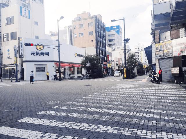 横断歩道を渡って左に曲がると、お寿司屋のある交差点に出て右に進みます。