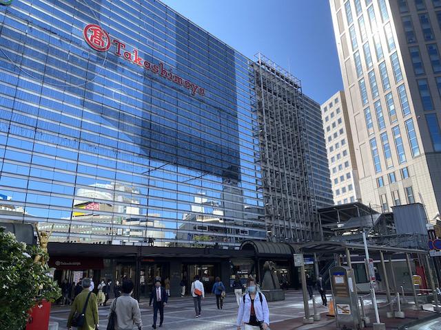横浜駅西口ターミナルへ出て高島屋とシェラトンの間の道に進みます。