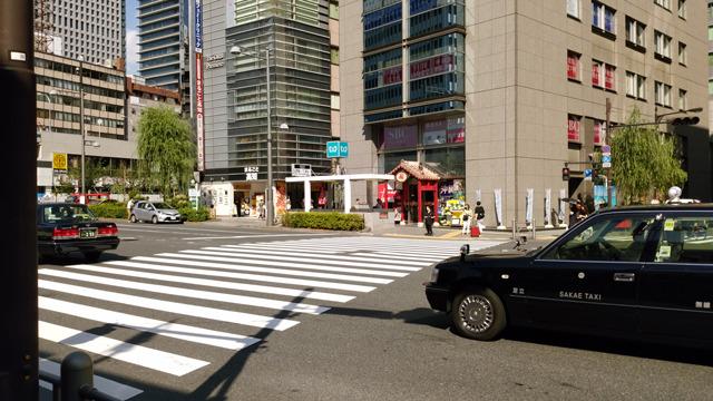 突き当りを右に進み、「銀座インズ3」を通り過ぎると有楽町交差点があります。