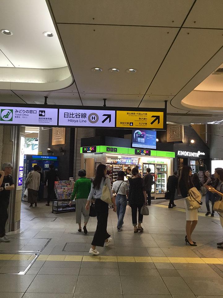 斜め左方向に進み三井住友銀行に向かって横断歩道を渡ります。