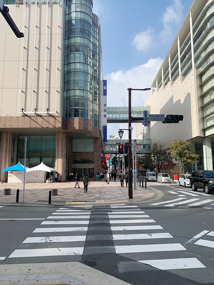 SOLARIA PLAZA、岩田屋本館を左手にしてきらめき通りを直進します。