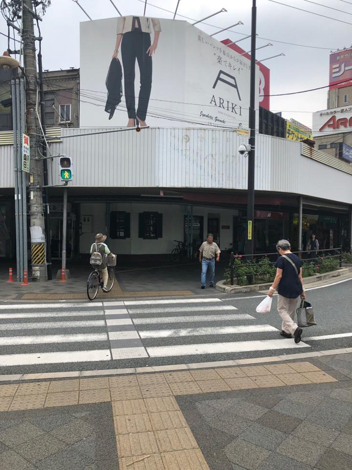 横断歩道を渡ったら右手の方へ歩きます。