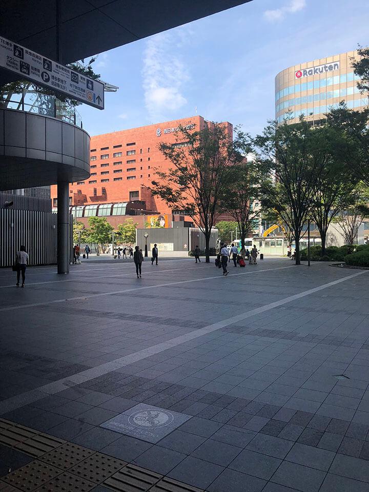 博多駅、博多口から出てください。西日本シティ銀行側へ渡ります。