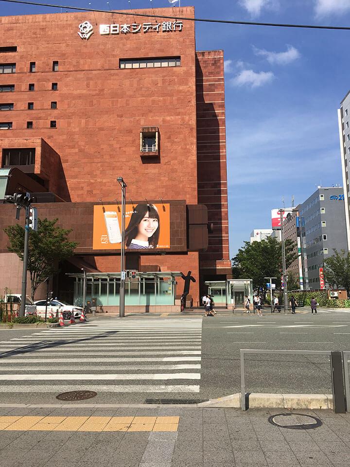 西日本シティ銀行を直進します。