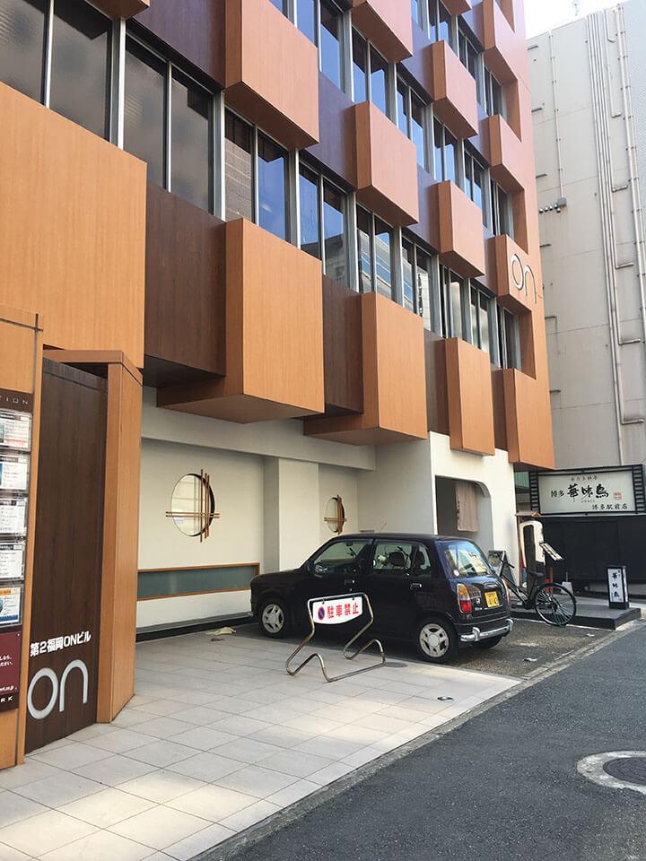 左手に第2福岡ONビルが見えます。ビル4Fです。