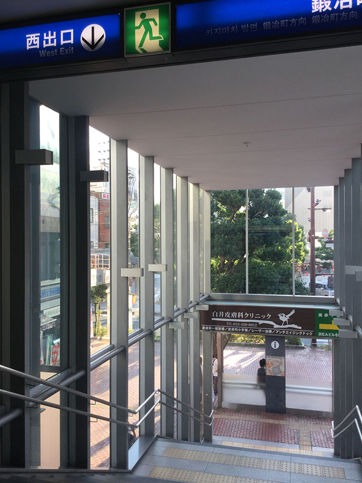 新浜松駅の西出口から降りる