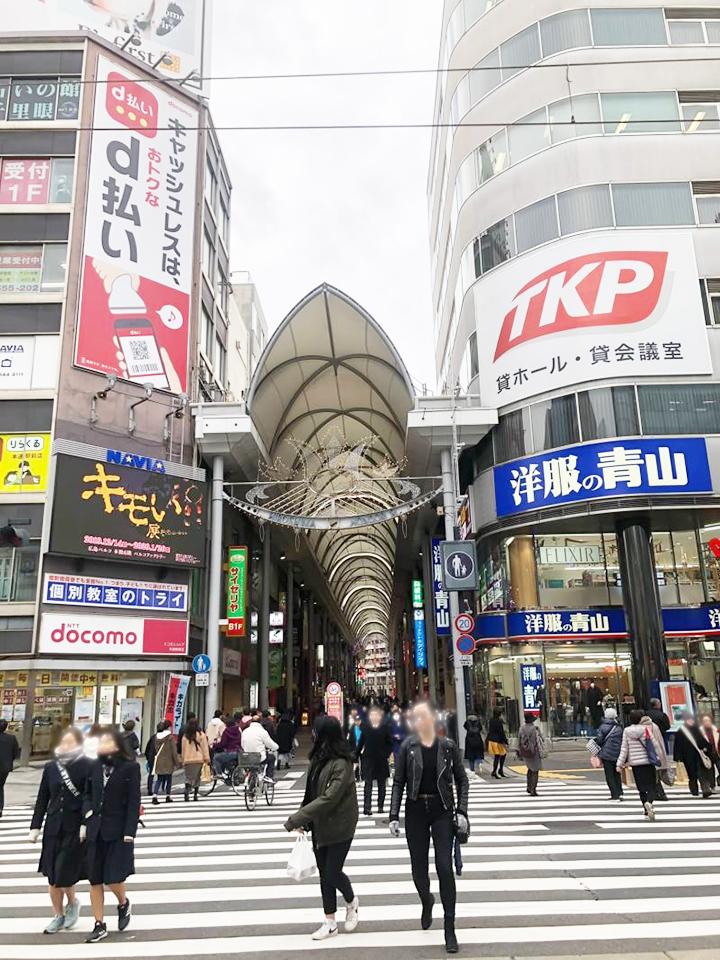 「洋服の青山」方面に横断歩道を渡ります。