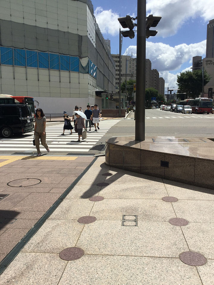 金沢駅東口(鼓門)を出ていただくと都ホテル前の横断歩道があります。