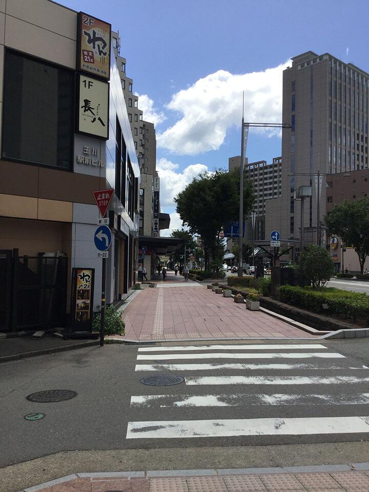横断歩道を渡り、都ホテルを左手にみていただき近江町市場方面へ進みます。