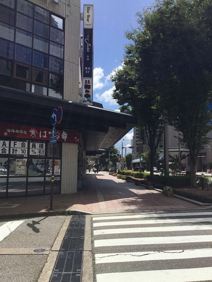 レンタサイクル、マルエー、のうか不動産のある建物を通り過ぎます。