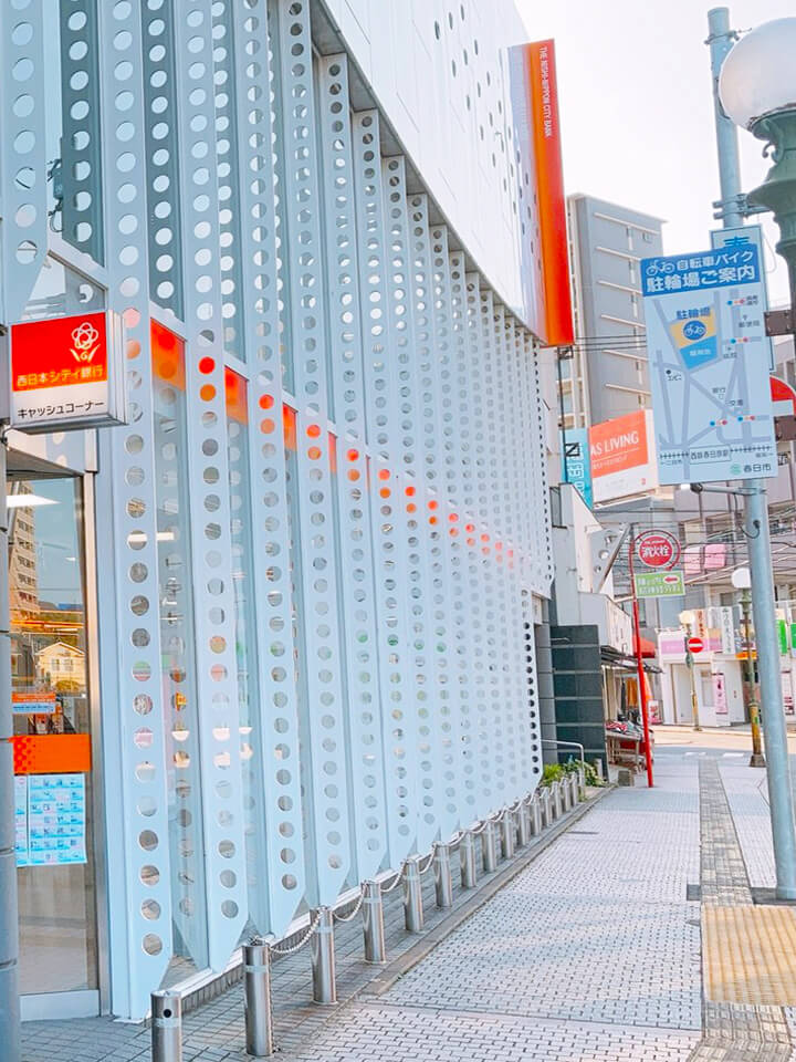 右に進むと西日本シティ銀行があり、そのまま道なりに進むと福岡銀行が見えます。
